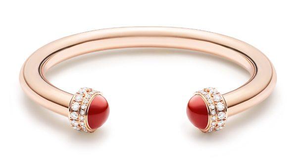 Piaget Possession 时来运转手镯-18K 玫瑰金(G36PE500),两端各饰有2 个钻石镶嵌可旋转圆环,镶饰2 颗红玉髓圆珠,镶饰72 颗明亮式切割美钻(约重1.71 克拉)。